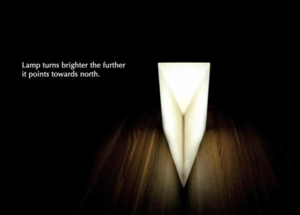 Концептуальный светильник-компас The North светится, указывая строго на север