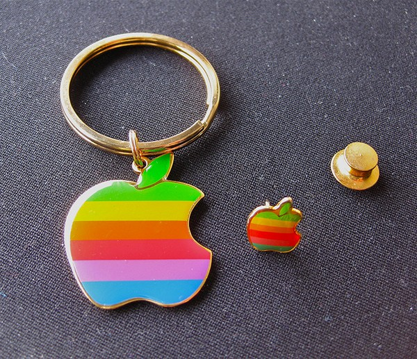 Брелок и запонки в виде логотипа Apple