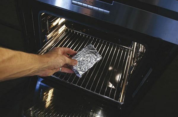 Чтобы прочесть рецепты, книгу заворачивают в духовку и запекают