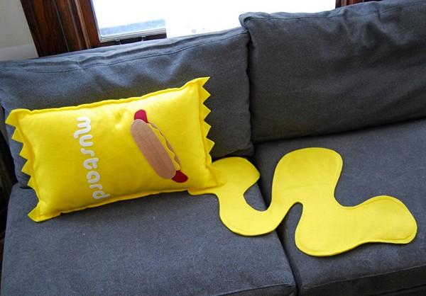Диванная подушка в виде разлитой горчицы