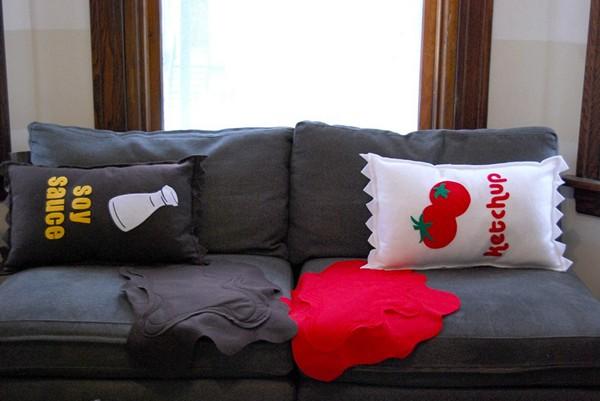Диванные подушки в виде разлитого кетчупа и соевого соуса