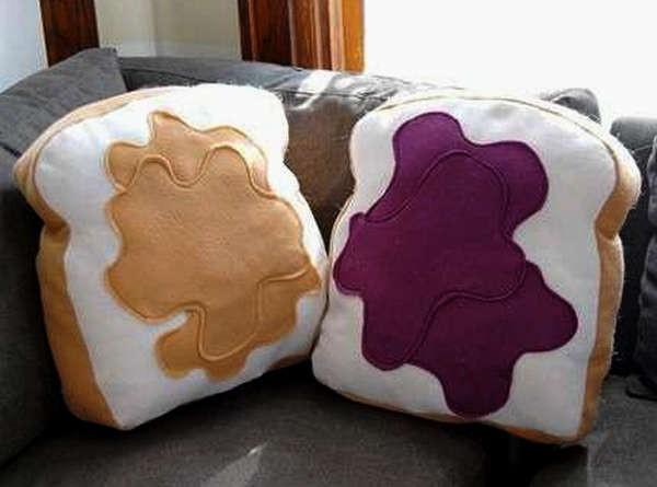 Оригинальные подушки в виде тостов с маслом и джемом