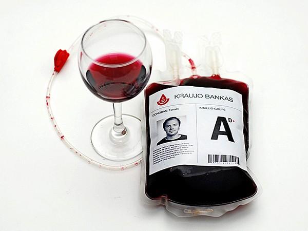 Молодое вино в пакетах для переливания крови. Самопиар агентства Astos Dizainas McCann Erickson