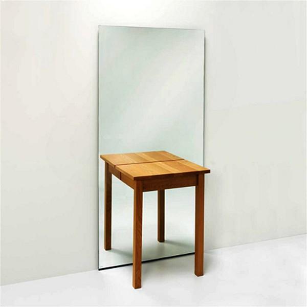 Зеркало и половина столика, который кажется целым