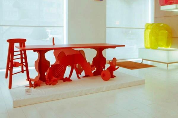 Письменный стол Under Table и силуэты под столом. Проект от Goncalo Campos