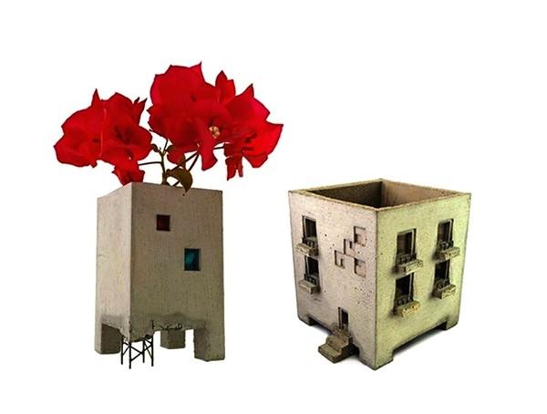 Бетонная ваза в виде заброшенного дома