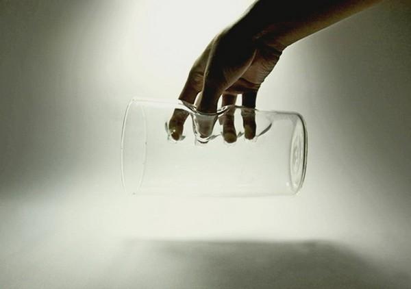 Finger-in: стеклянная перчатка для напитков