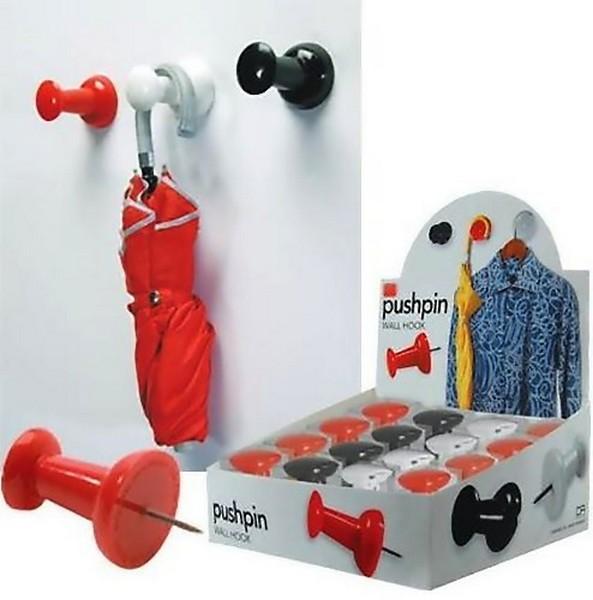 Канцелярские кнопки в стене - замена крючкам для одежды