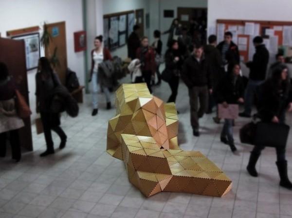 Скамейка Origami Forum из треугольных кусочков дерева