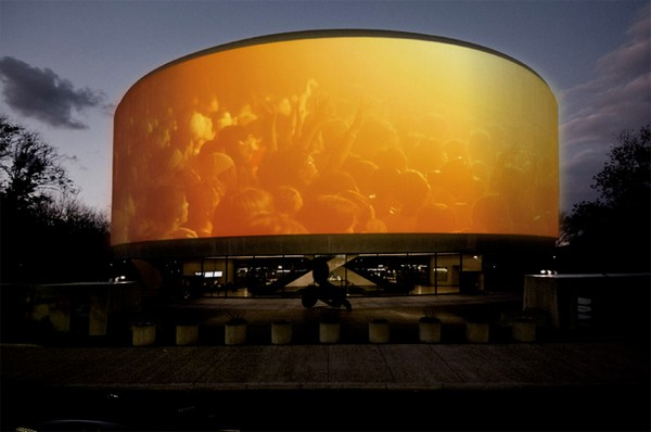 Song 1 – панорамный экран в американской столице