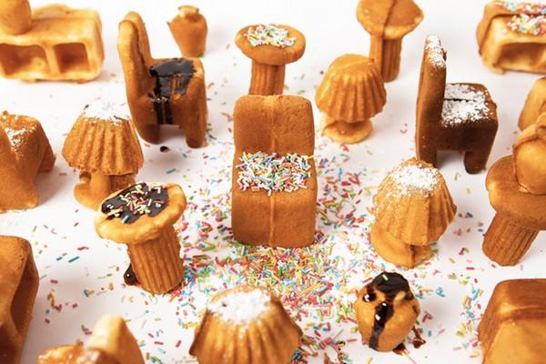 Печенье и пончики в виде столов, стульев и тумбочек