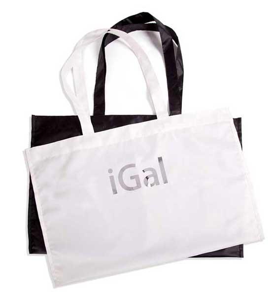 На фирменной сумке белого или чёрного цвета красуется логотип iGal