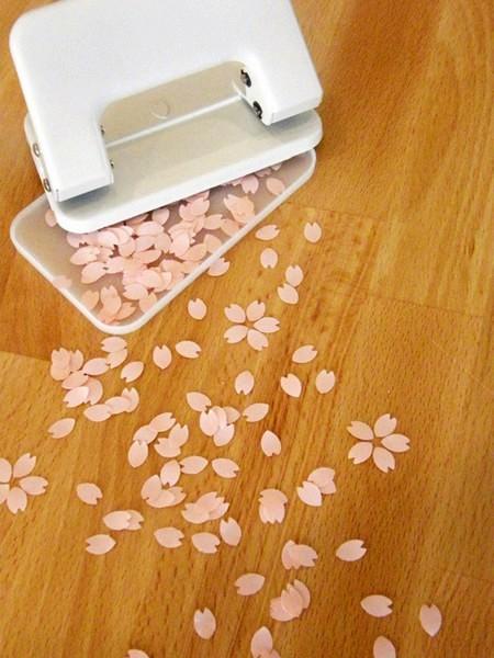 Дырокол Sakura punch, оставляющий отверстия в виде лепестков сакуры