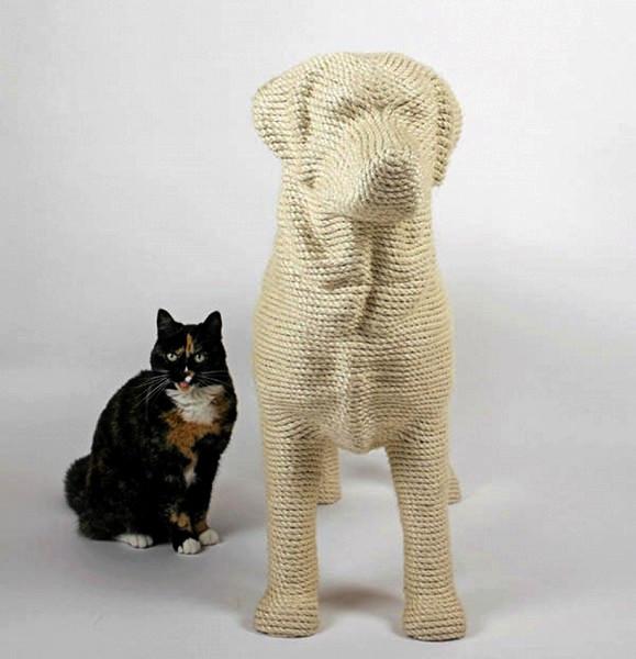 Lumpi: креативная когтеточка для кошек в виде большой собаки