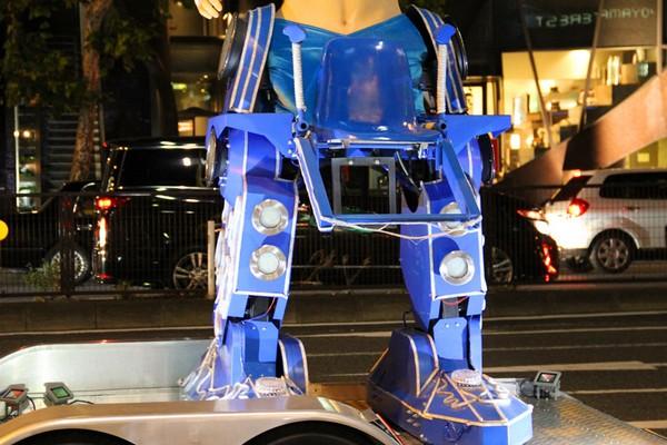Роботы в бикини — мобильная реклама токийского ресторана