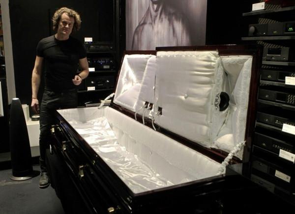 Уникальный гроб CataCoffin со встроенной аудиосистемой