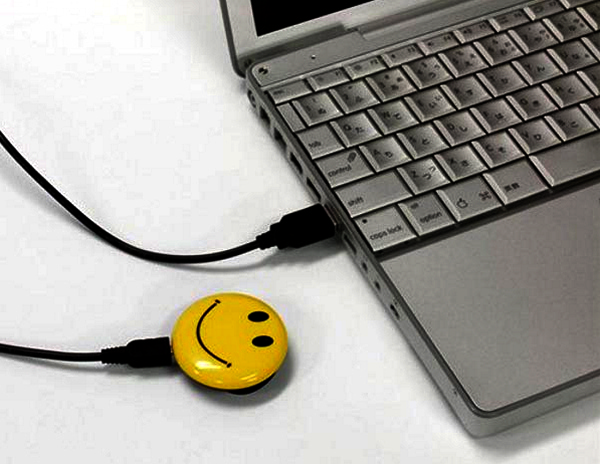 Smile, мини-фотокамера, спрятанная в значок