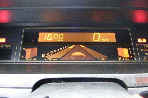 Цифровая панель Subaru XT 1986. По центру расположен фантастический для тех времен тахометр