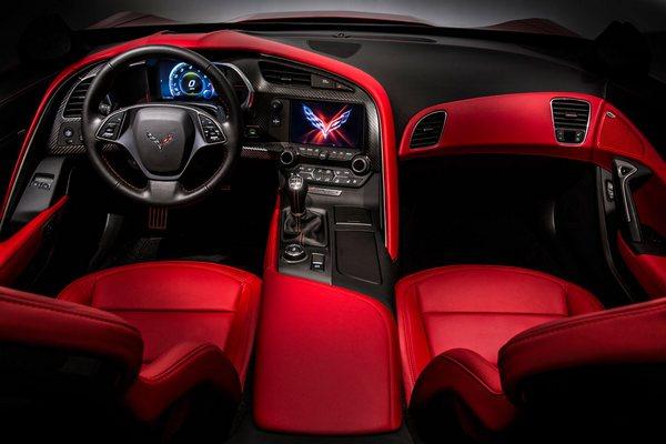 В новом Corvette место привычных циферблатов заняли экраны, на которые высвечиваются тахометр, спидометр и информация о состоянии автомобиля.
