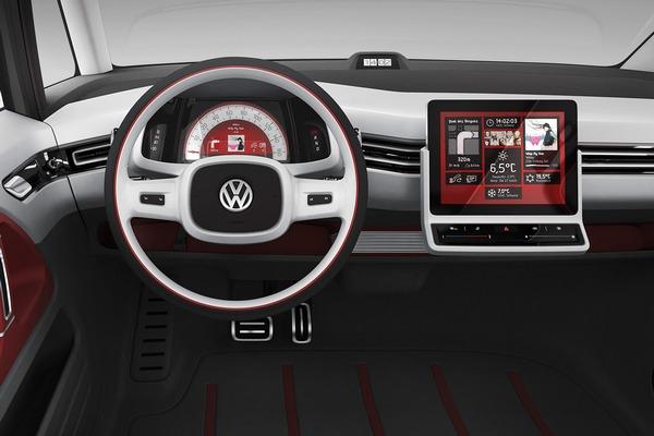 Volkswagen Bulli 2013 - яркий пример того, как некоторые дизайнеры стараются вернуться в классическому внешнему виду приборной панели. Торпеда выполнена в минималистическом стиле. Справа расположен бортовой компьютер, который установили вне приборки