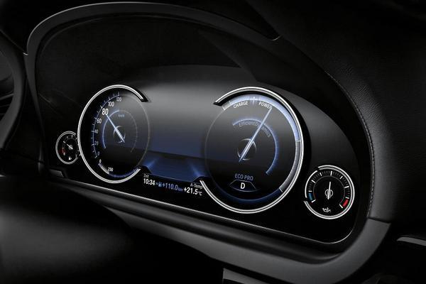 Внешний вид панели приборов новой BMW 7 серии можно менять благодаря ноу-хау баварцев. На выбор предлагается три варианта расцветки датчиков.