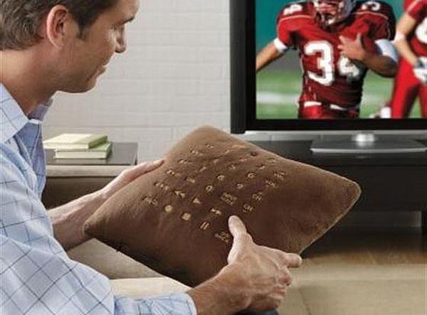 Подушка с пультом управления телевизором