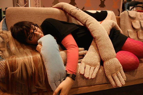 Обнимающий диван Sofa So Good от Amelie Labarthe