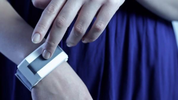 Tactilu – браслет, который передает прикосновения на расстояние