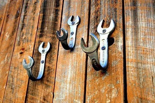 гаечные ключи в качестве крючков для одежды