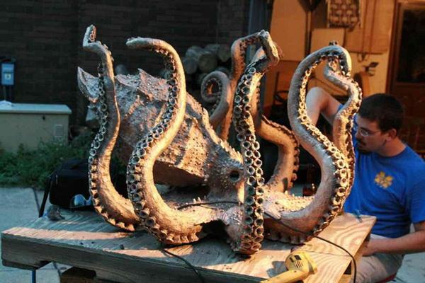 Исаак Краус создает бронзовый стол Octopus в стиле steampunk