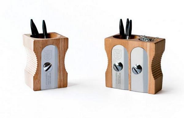 деревянная точилка в роли подставки