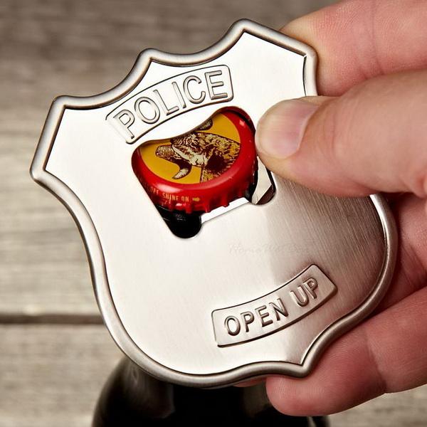 Открывалка в форме полицейского значка