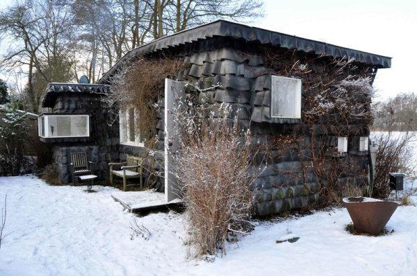 загородный дом, обшитый резиновыми камерами