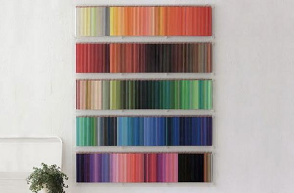 цветные карандаши на стене