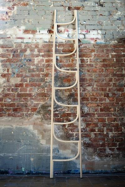 Деревянную лестницу можно покрасить в любой цвет