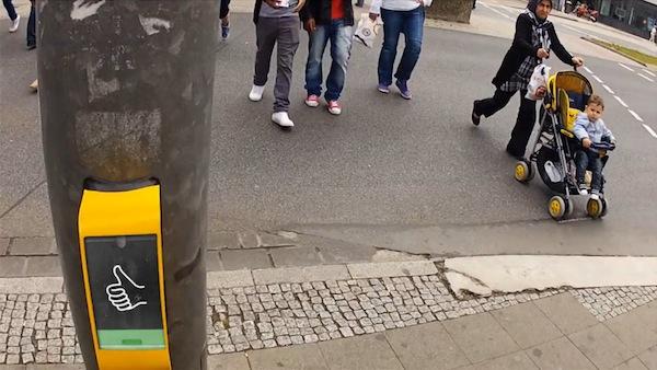 Игра Streetpong – скоротать время на пешеходном переходе