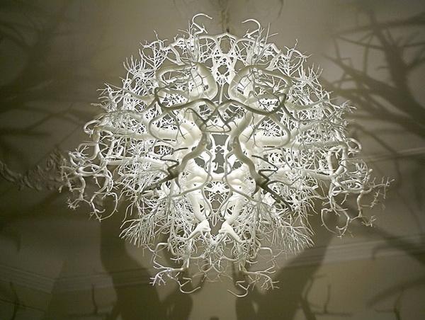 Светильник, родом из дремучего леса, отбрасывающий тени