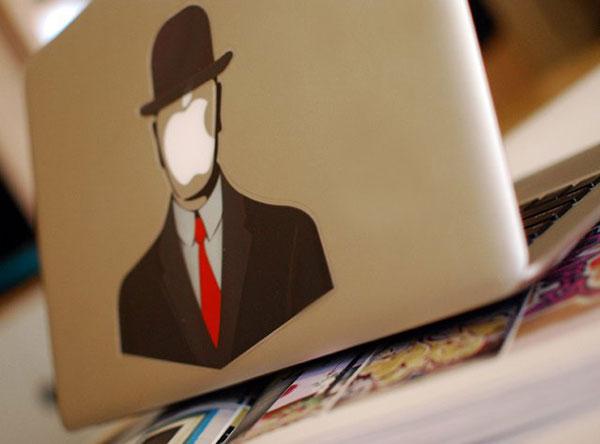 MacBook с непроницаемым человеком в строгом костюме