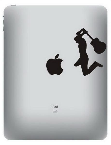 Человек с большим достоинством разбивает яблоко гитарой