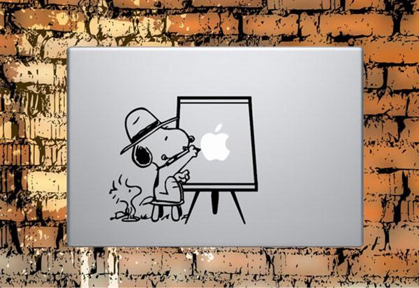 наклейка, на которой художник рисует надкушенное яблоко