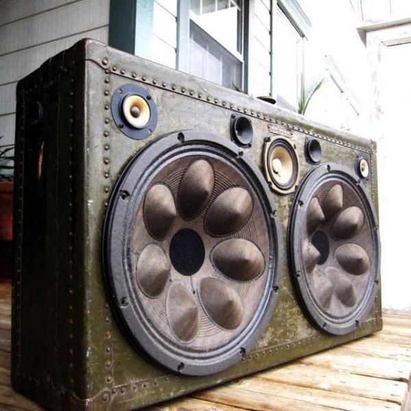 чемодан, иммитирующий звуковую колонку