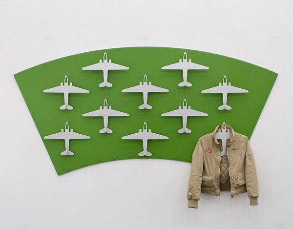 Вешалка для одежды в виде самолетов