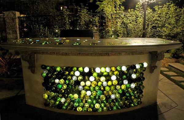 стол, отделанный винными бутылками