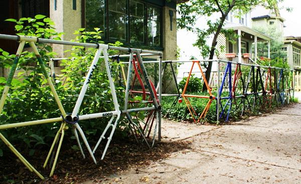 Ограда из старых велосипедных рам