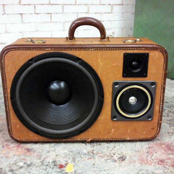 чемодан, стилизованный под звуковую колонку