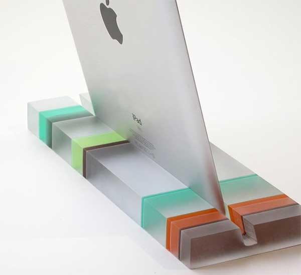 Подставка из стекла с выемкой для техники