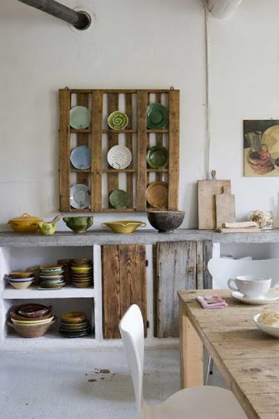 полка для тарелок из деревянных поддонов