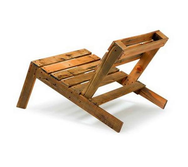 низкие стулья из деревянных поддонов