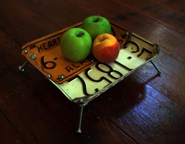 уютный низкий столик из номерных знаков