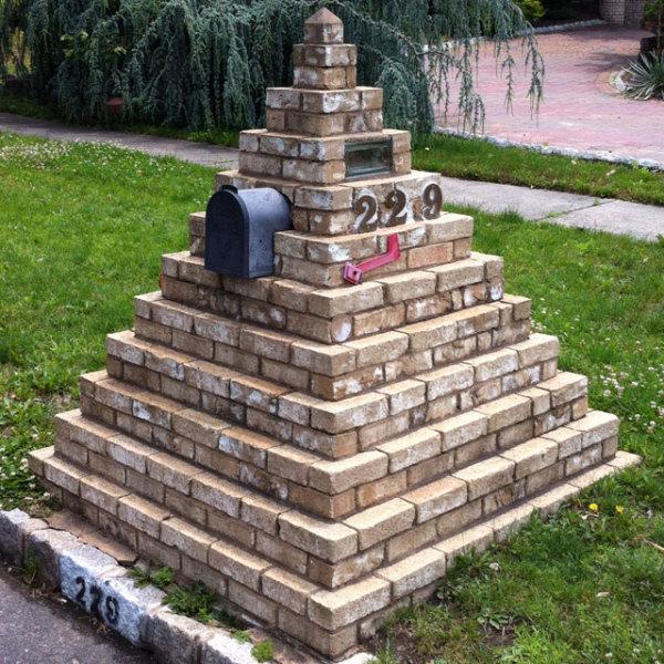 Египетская пирамида в роли почтового ящика